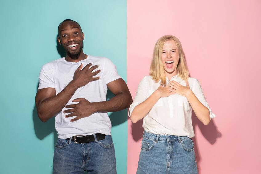 aufgeregtes gemischtrassiges Paar, das Dating-Sites benutzt