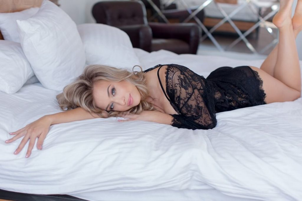 Blonde Pumafrau lag auf dem Bett