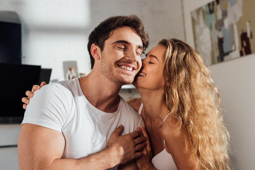 Schöne blonde Frau hat eine Affäre mit einem verheirateten Mann