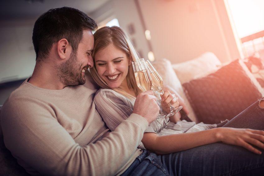 Sich mit einer verheirateten Frau zu verabreden kann Spaß machen, aber denk daran, die Beziehung zwanglos zu halten