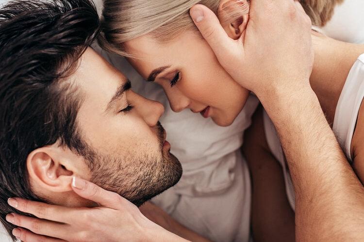 Christliches Paar hält sich gegenseitig auf romantische Weise fest