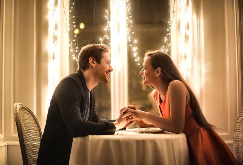 Ein christliches Paar bei einem Date in einem Restaurant