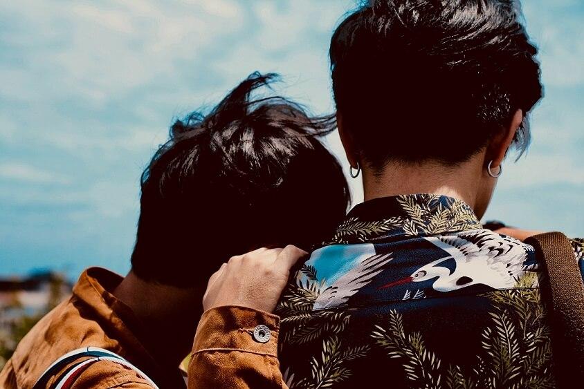 ein schwules Paar, das sich an die Schulter lehnt