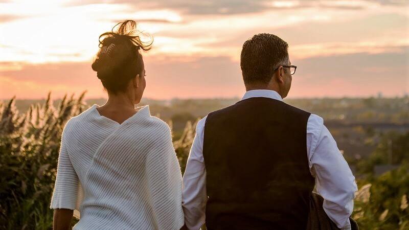 Ehepaar hat eine Verabredung zum Sonnenuntergang