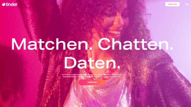 Tinder Webseite zeigt eine tanzende und lachende Frau mit Locken