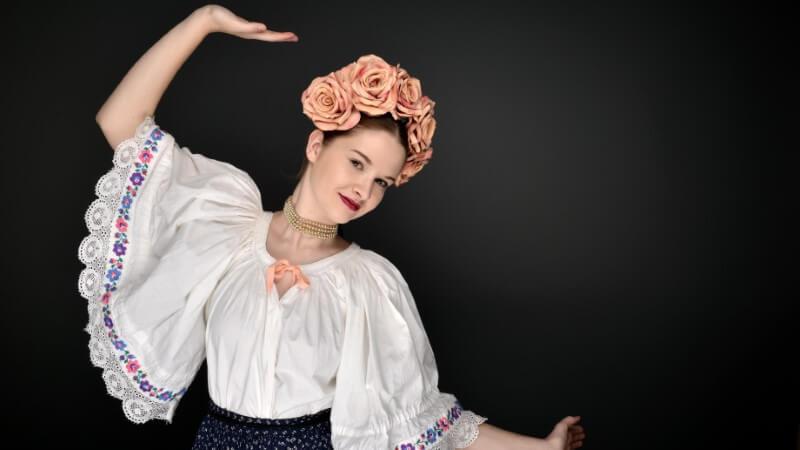 Polnische Single Frau in traditioneller Kleidung tanzt