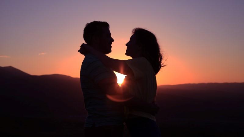 40-Plus-Pärchen erleben ihr Happy End im Sonnenuntergang.