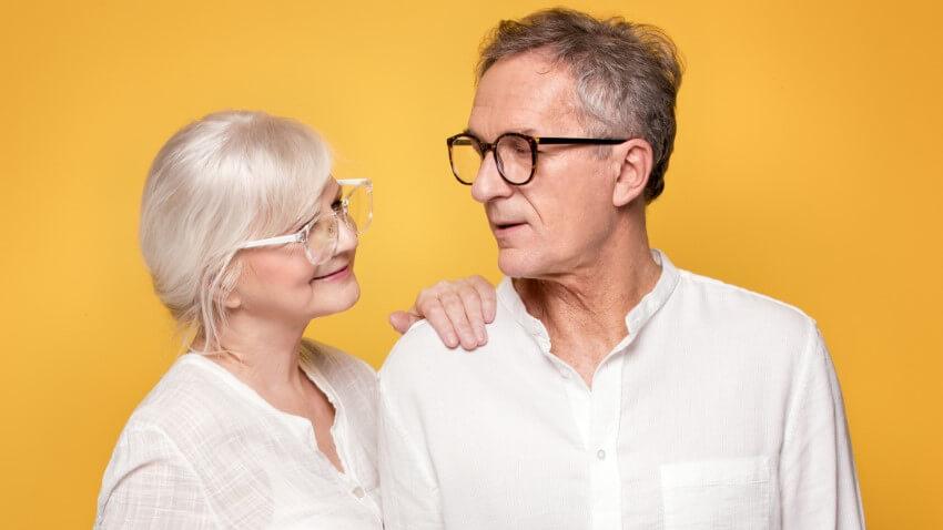 ältere Frau und älterer Mann tragen beide Brillen