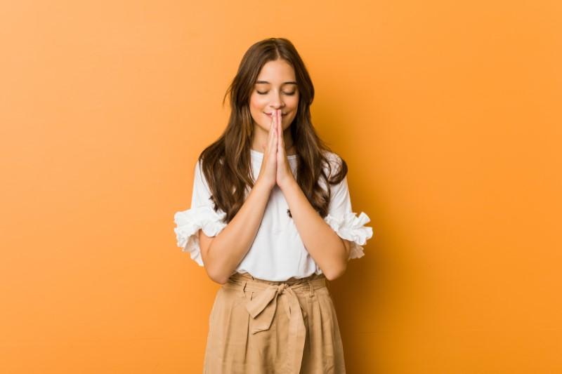 christin mit langen haaren betet