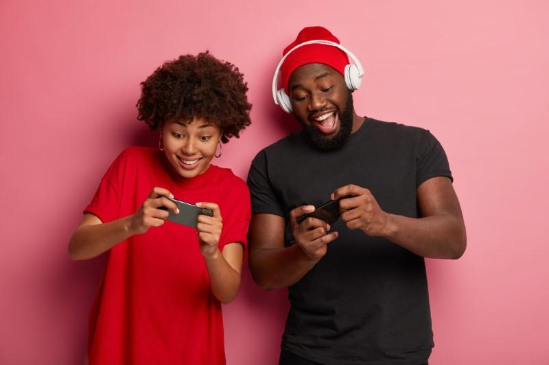 Gamer Pärchen ist wild am Zocken von Handyspielen