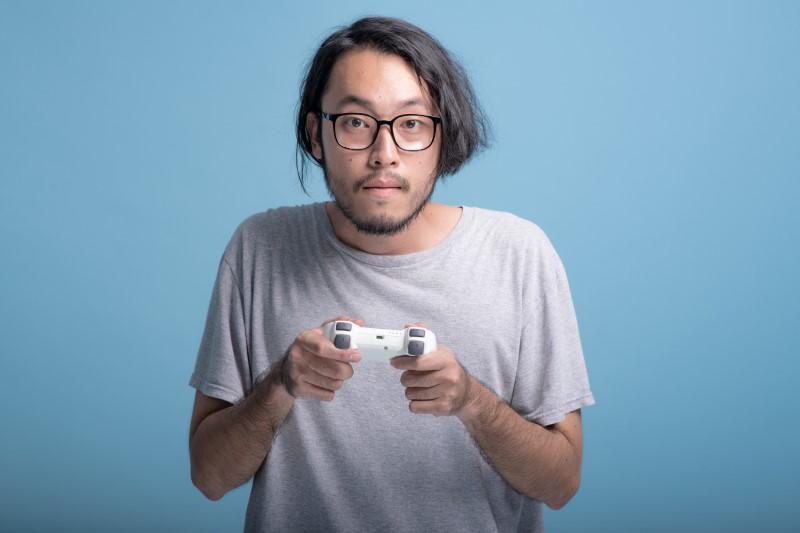 stereotyper asiatischer Nerd mit Brille