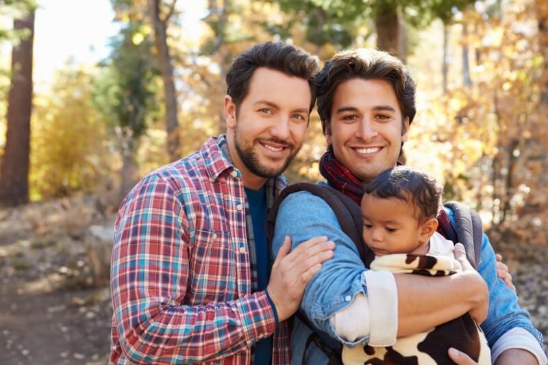 attraktives schwules Paar mit ihrem gemeinsamen Kleinkind