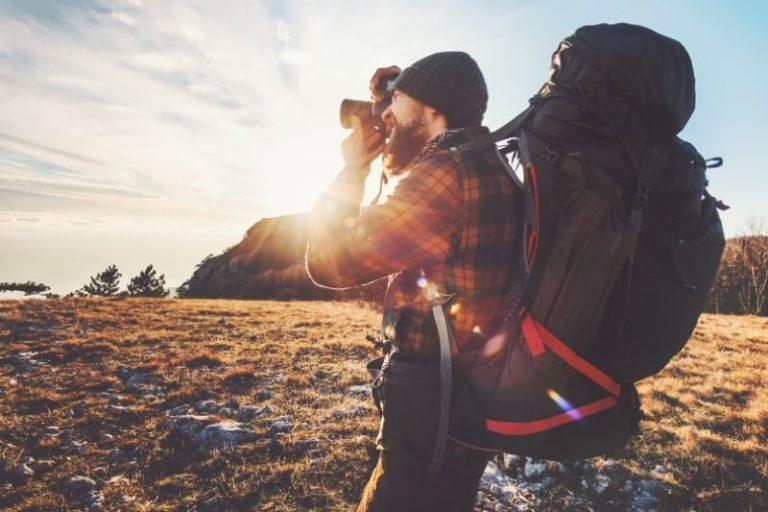 Backpacker fotografiert einen Sonnenuntergang