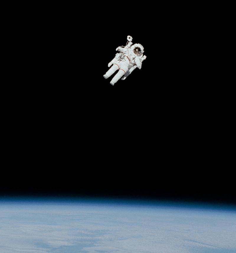 Ein Astronaut, der allein um den Planeten kreist