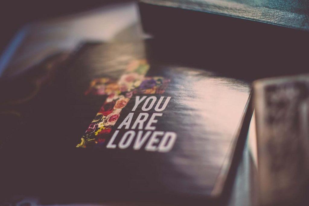 """Religiöses christliches Buch, das zeigt: """"Du bist geliebt"""""""