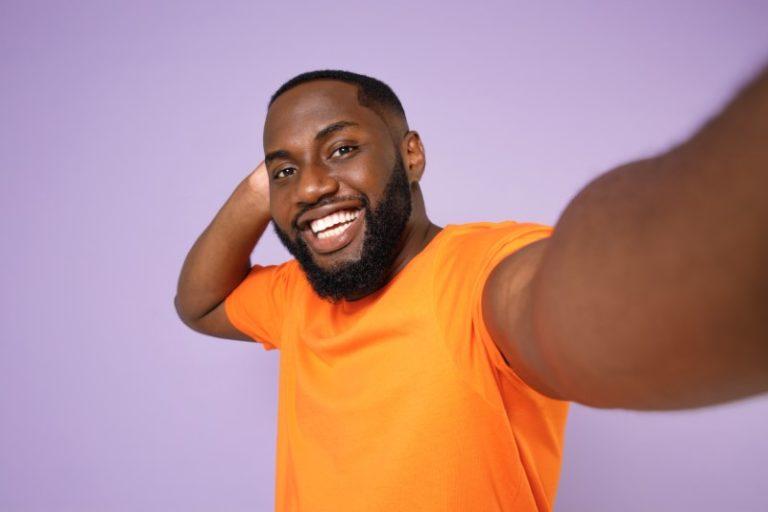Selfie eines lachenden Mannes für sein Dating-Profil