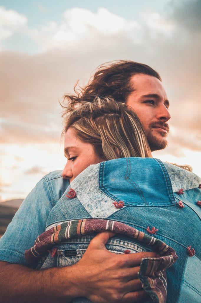 Ein Paar, das sich nach einem Streit umarmt