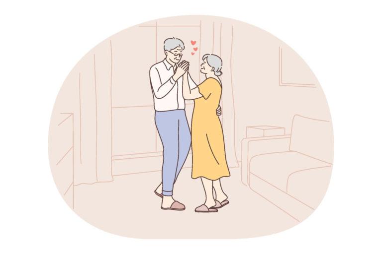 Seniorpaar tanzt im Wohnzimmer