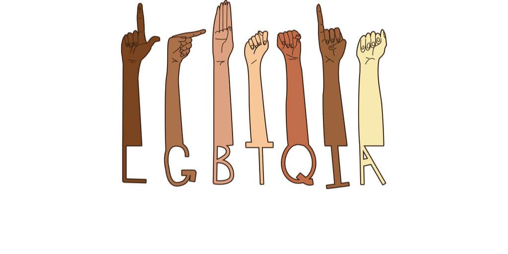 Hände halten LGBTQIA-Buchstaben hoch