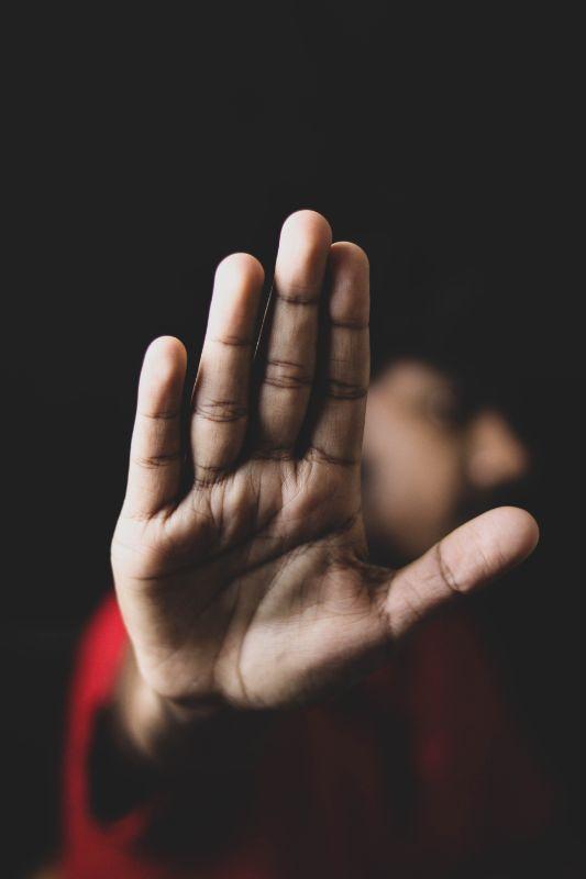 """geöffnete Hand, die in die Kamera zeigt und """"Stopp"""" signalisiert"""